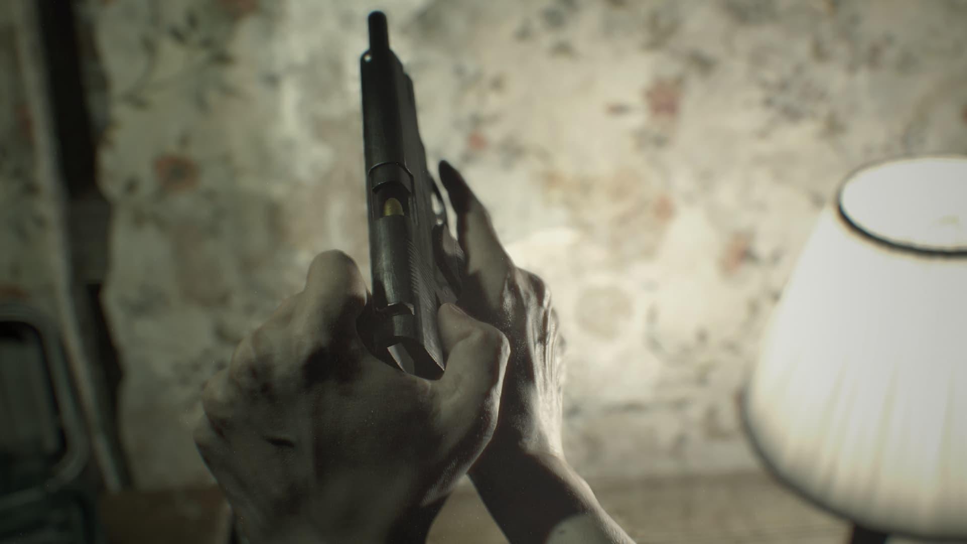Ethan Winters carregando uma pistola